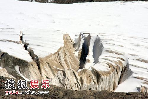 冰川景色虽美,但攀登起来并不容易