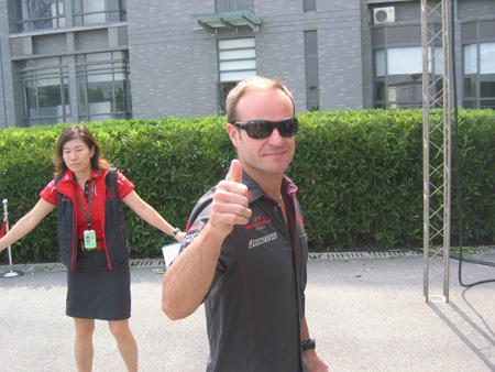 图文:[F1]本田车手走进校园 巴里切罗样子很酷