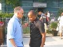 图文:[F1]车手抵达上赛场 官员与汉密尔顿父亲