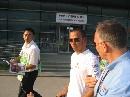 图文:[F1]车手抵达上赛场 汉密尔顿出现在围场