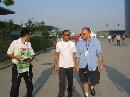 图文:[F1]车手抵达上赛场 汉密尔顿轻松漫步