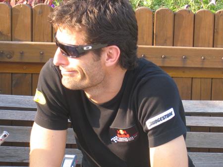 图文:[F1]车手抵达上赛场 马克韦伯接受采访