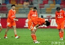 图文:[中超]天津泰达1-0山东 鲁能球员谢罪