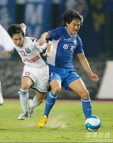 图文:[中超]上海申花2-0长沙 常琳防守