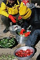 高山上洗菜也是体力活