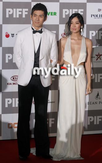 第12届釜山电影节开幕红毯— 金素妍,权敏
