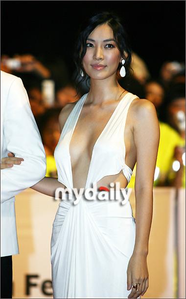 第12届釜山电影节开幕红毯— 金素妍