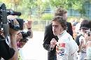图文:[F1]中国站第二次练习 阿隆索吸引记者
