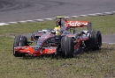 图文:[F1]中国站第二次练习 汉密尔顿冲出赛道