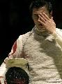 图文:[击剑]男花一剑憾负韩国 黄良财左手抚面