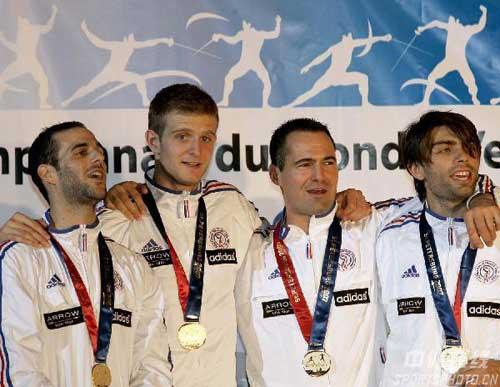 图文:[击剑]法国男花团体折桂 领奖台高唱国歌
