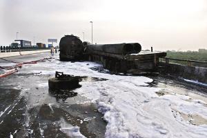 因大量油质泄漏,路面到处都是油污。刘满元 摄