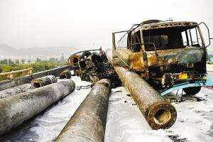 油罐车爆炸后车身几乎被完全烧毁,旁边的交通拯救车也被挤压成一堆废铁。刘满元 摄