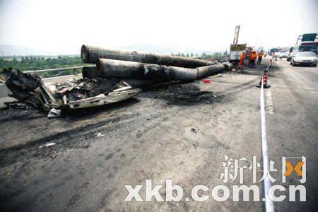 装载有水泥管的肇事平板车被烧得只剩一副铁架子。郗慧晶/摄