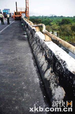 高速路上的护栏已被烧弯。郗慧晶/摄