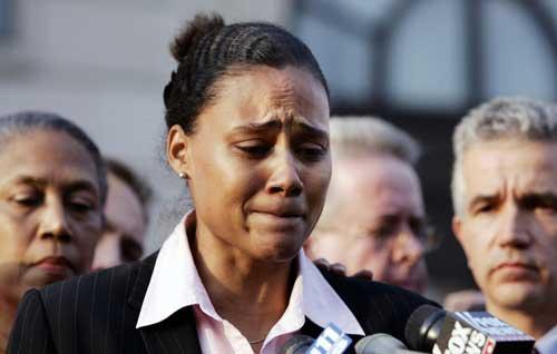 法庭外接受采访琼斯泪流满面