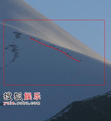 8时15分所拍摄,红线内是登山队伍