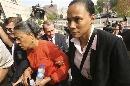 图文:琼斯认罪并宣布退役 和母亲一起出庭