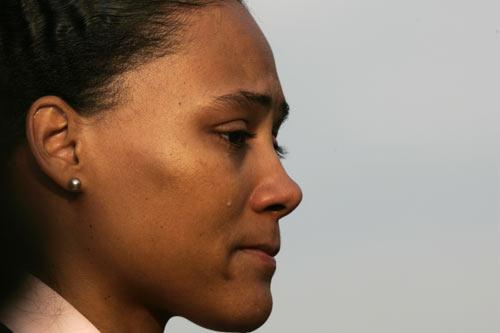 图文:琼斯认罪并宣布退役 女飞人流下忏悔的泪
