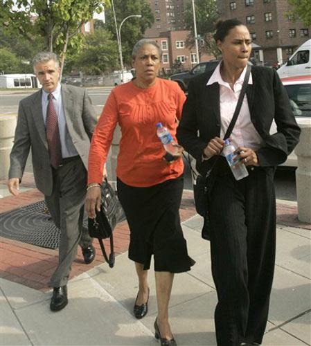 图文:琼斯认罪并宣布退役 家人陪伴出庭