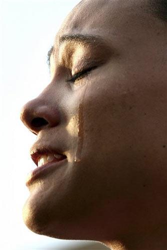 图文:琼斯认罪并宣布退役 悔恨的泪水