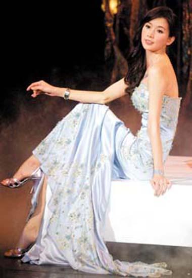 林志玲身着手工水蓝色钻饰礼服