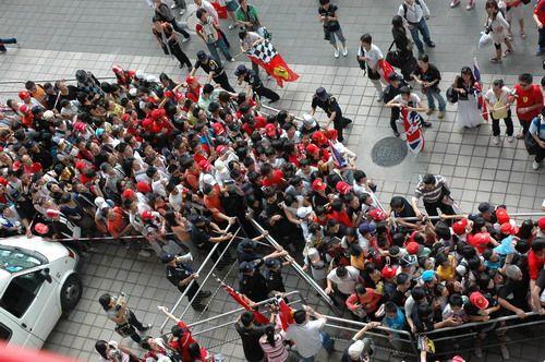 图文:[F1]车手签名会 入口处的车迷