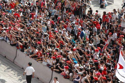图文:[F1]车手签名会 狂热的F1车迷