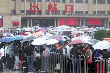 黄金周第6天偏逢大雨北京铁路今天上下车旅客达20万人次坐地铁需要排队(图)