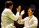 图文:击剑世锦赛团体赛 中国两队友击掌鼓励