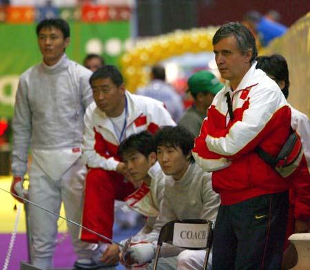 图文:击剑世锦赛团体赛 男佩主帅鲍埃尔观战中