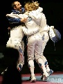 图文:[击剑]女重团体赛法国夺金 拥抱庆祝胜利