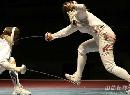 图文:[击剑]女重团体赛法国夺金 用脚踩剑