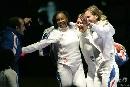 图文:[击剑]女重团体赛法国夺金 胜利之笑最美