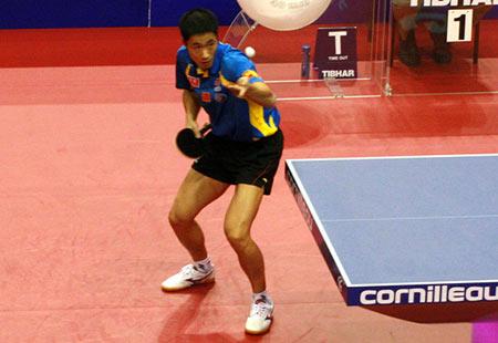 图文:乒球世界杯男团半决赛 王励勤发球变化多