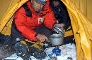 图:张朝阳在一号营地生伙做饭