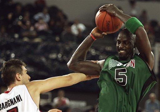 图文:[季前赛]凯尔特人89-85猛龙 加内特抢篮板