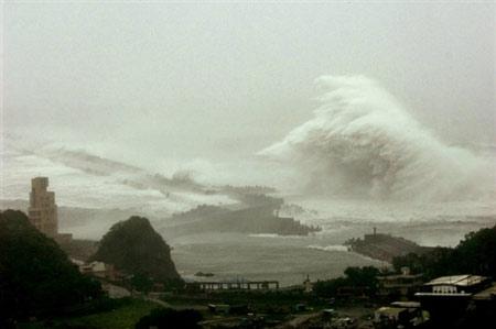 """""""罗莎""""于6日傍晚登陆台湾岛,掀起数十米高巨浪。"""