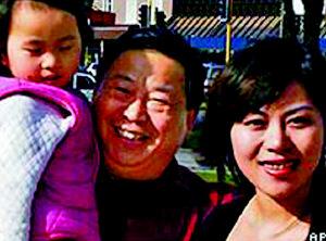 薛乃印一家。父亲逃往美国,疑似母亲的尸体被发现在父亲的车中