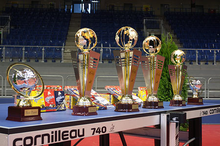 图文:乒乓球团体世界杯奖杯 球台上静待新主人