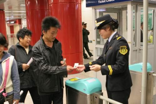 北京地铁5号线首批乘客购票