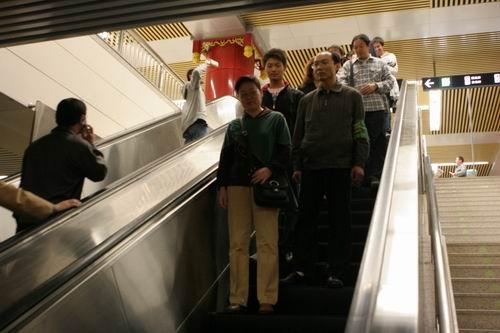 检票后乘客乘电梯进站