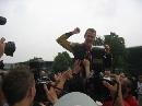 图文:[F1]中国大奖赛正赛 红牛二队抬起维特尔