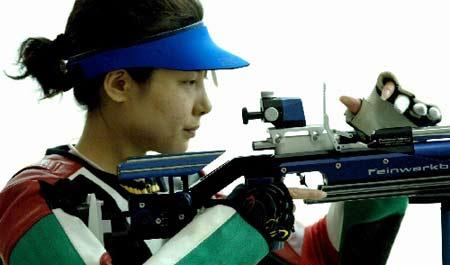 图文:射击世界杯总决赛 杜丽在气步枪比赛中