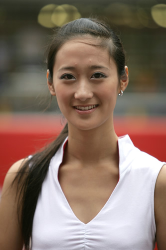 图文:[F1]中国大奖赛正赛 美丽车模爽朗大方