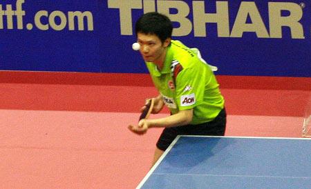 图文:乒乓球团体世界杯男团决赛 梁柱恩发球