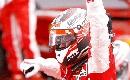 图文:[F1]中国大奖赛正赛 冠军向中国车迷招手