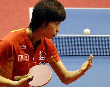 图文:乒球世界杯女团决赛 张怡宁比赛中发球