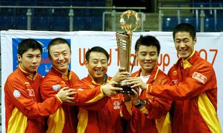 图文:乒乓球团体世界杯 中国男乒将帅捧起金杯
