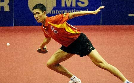 图文:乒乓球团体世界杯 王励勤比赛中奋力回球